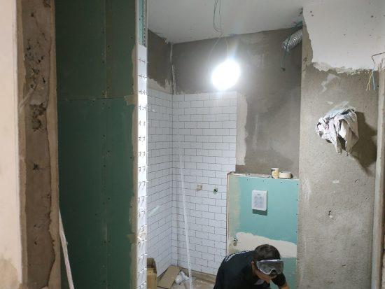 מקלחת בתהליך שיפוץ בשלב עבודות חשמל